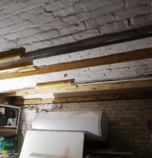 Isolation par insufflation de laine de verre d'un plafond de cave